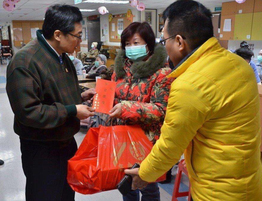 彰化縣警察局長林順家(左1)在春節前夕,慰問因公受傷的員警家眷。記者何烱榮/翻攝