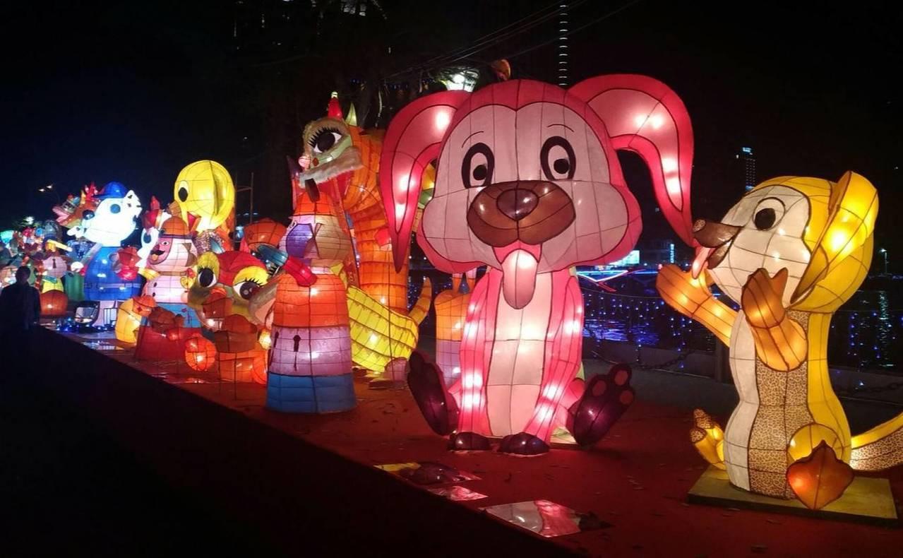 愛河沿岸「好運獻瑞 百狗旺來」100隻或坐或臥的大小狗燈飾,試燈期間已成為打卡熱...