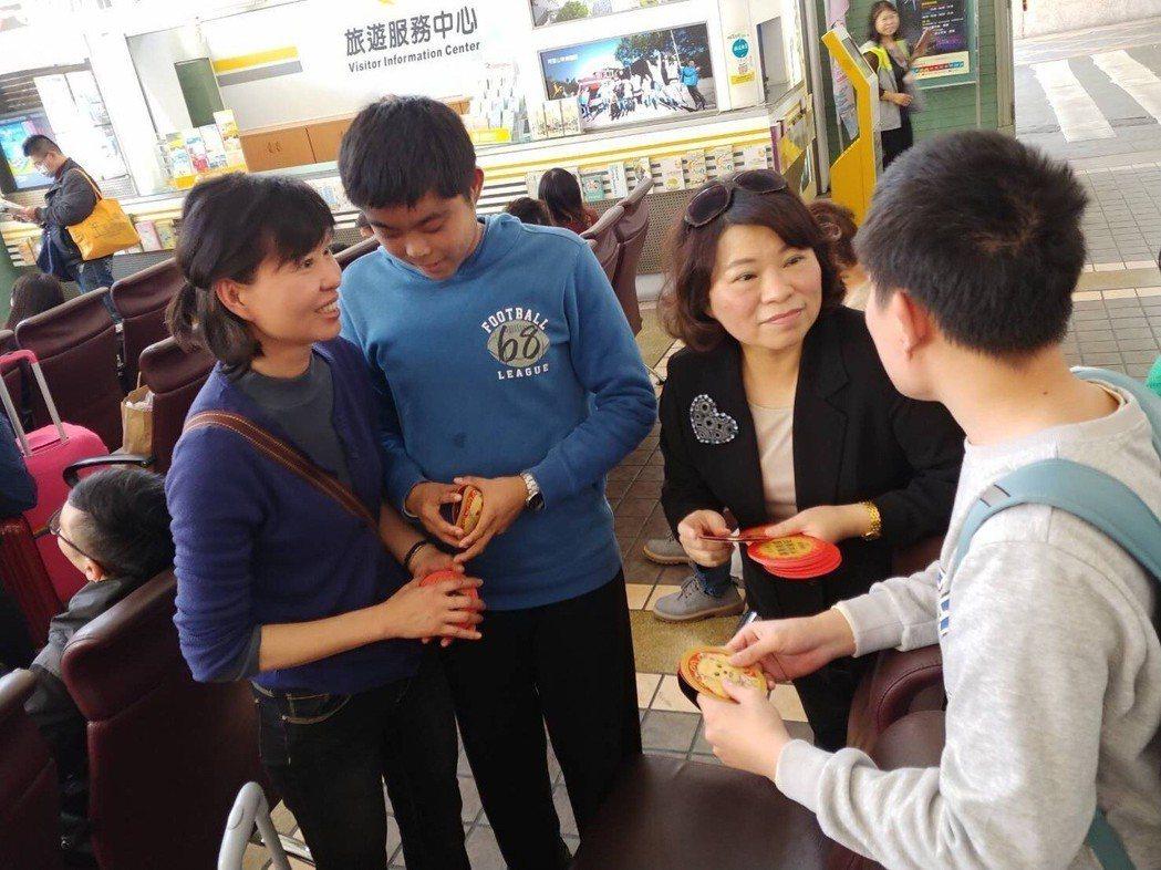 昨天除夕,嘉義市前市長黃敏惠(右二)到嘉義火車站發放紅包,向返鄉遊子拜早年。圖/...