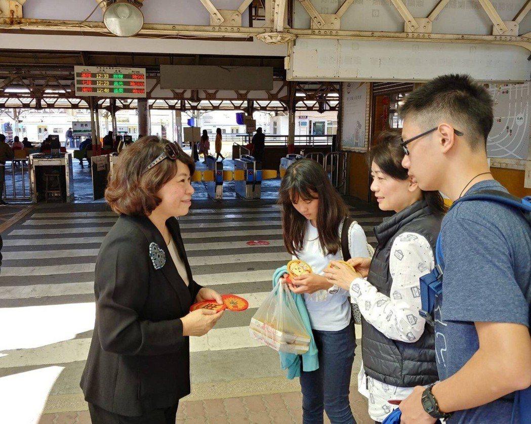 昨天除夕,嘉義市前市長黃敏惠(左)到嘉義火車站發放紅包,向返鄉遊子拜早年。圖/黃...