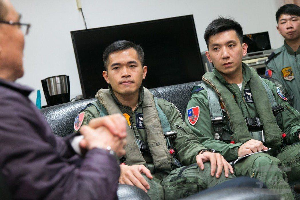 馮世寬在空軍花蓮基地待命室與飛行員談話。圖/軍聞社
