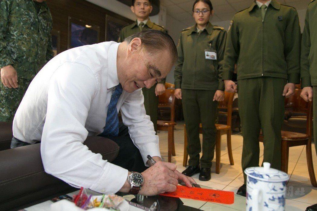 馮世寬在發給官兵的紅包上簽名。圖/軍聞社