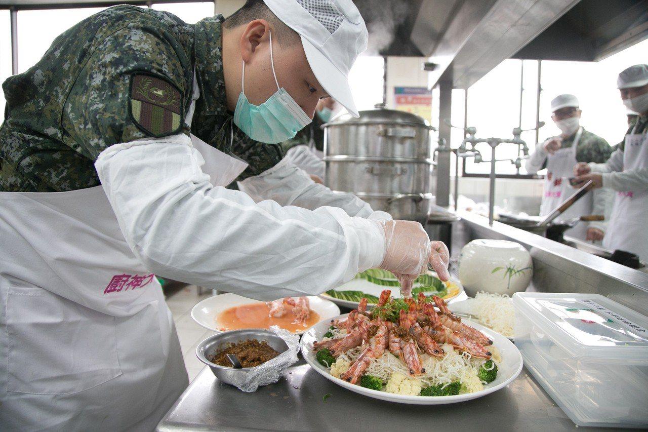 陸軍第6軍團與南亞技術學院合作辦理「創意年菜廚神大賽」,限制以不超過菜金3千元、...