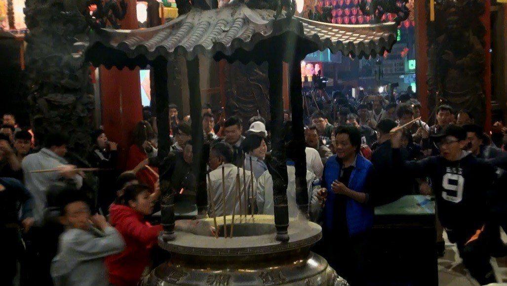 晚間11時子時一到,由廟方人員打開廟門,門外等候的民眾奮力往前衝,朝香爐直奔,大...