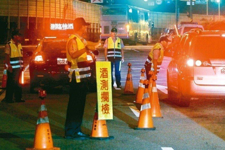各國對酒駕的立法越來越嚴,台灣也將修法改善;圖為警方臨檢酒測。 聯合報系資料照