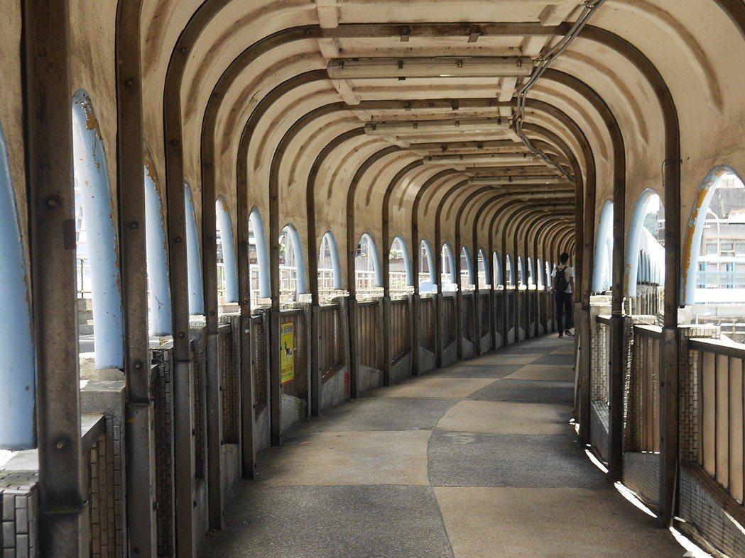 電影千禧曼波裡藝人舒淇走過如夢境般的長廊中山陸橋。 記者吳淑君/攝影