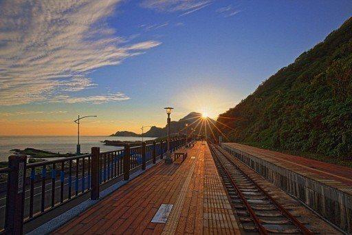 八斗子火車站很浪漫,有美麗海岸線,是近來劇組拍攝熱點。 圖/基隆市政府提供