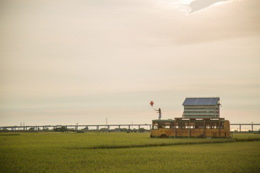 電影「盜命師」取景地點在台中市外埔區忘憂谷,片中的暖冬斜陽田中央,停了輛廢棄巴士...