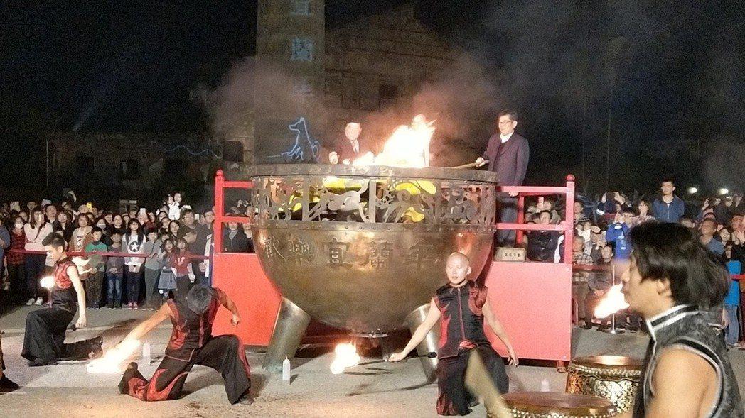 「歡樂宜蘭年」活動邁入第25年,晚上在中興文創園區點燃爐火,舉辦除夕守歲晚會。 ...