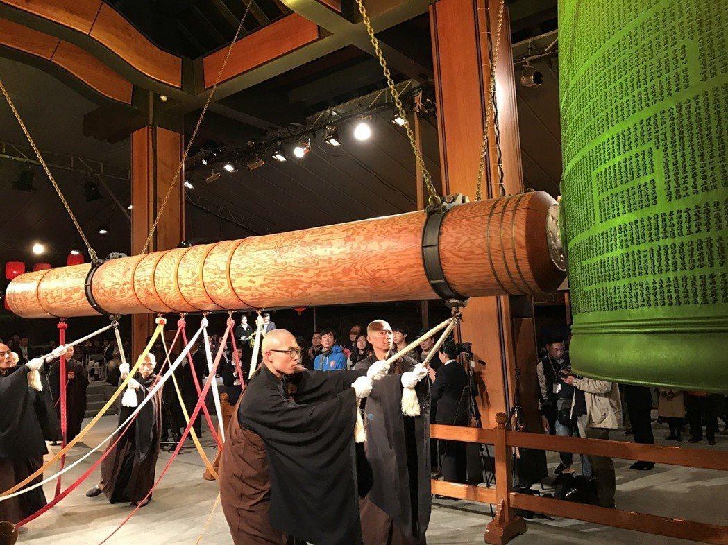 前總統馬英九和總統蔡英文,除夕夜在法鼓山和果東師父一起撞鐘,用108響法華鐘聲為...