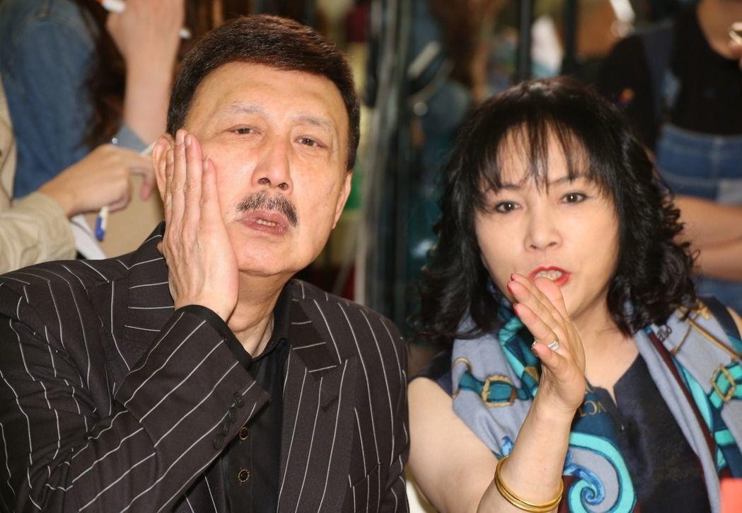 余天(左)曾被封為最會唱歌的立委。 聯合報系資料照片