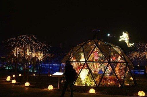 今年的燈會裝置藝術,入夜後絢麗迷人,十分精彩。 圖/葉文雄提供