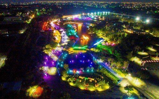 彰化縣溪州公園舉辦「花在彰化」行春活動,夜間燈會讓公園愈夜愈美麗。 記者何烱榮/...