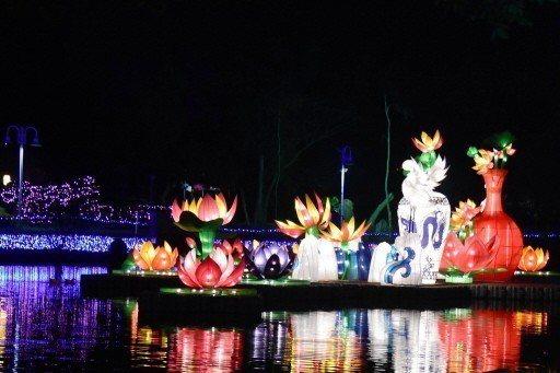 彰化縣溪州公園水上花燈呈現夢幻絢燦場景。 記者何烱榮/攝影