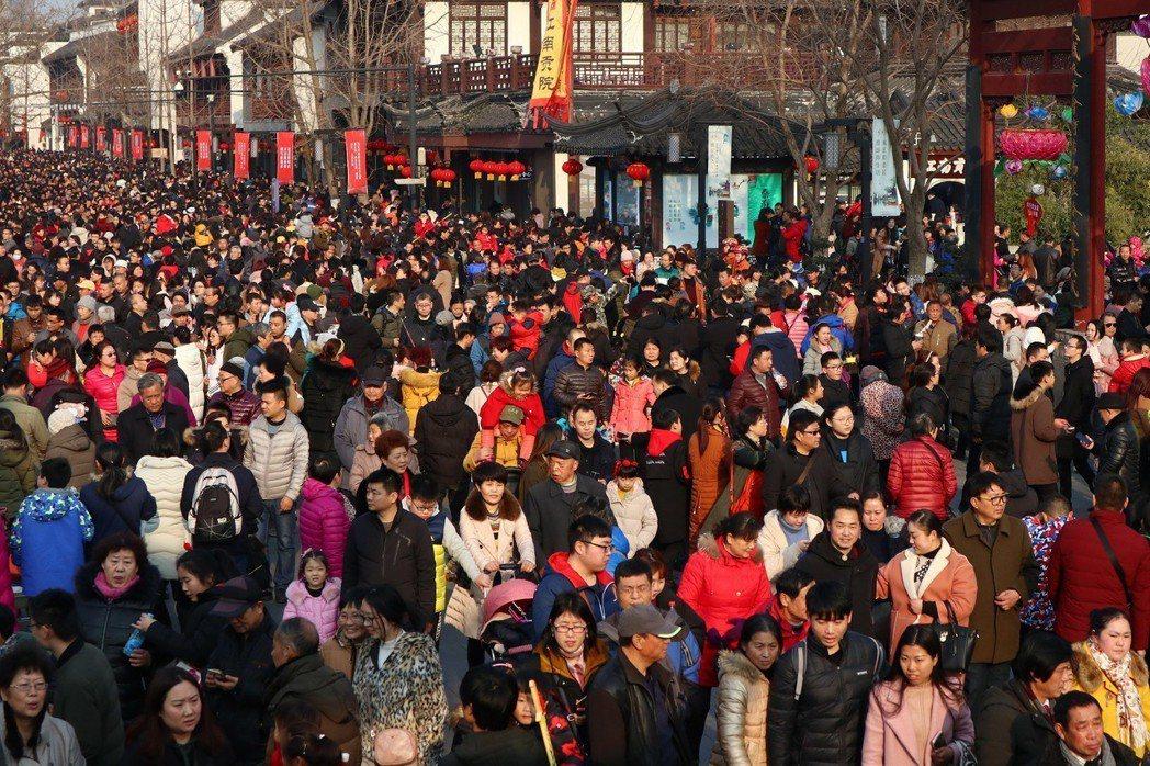 大批南京市民和遊客十七日湧進南京夫子廟景區遊玩。大陸國國家旅遊局十七日公布,年春節假期前三天,中國旅遊總人數累計兩點一四4億人次。中新社