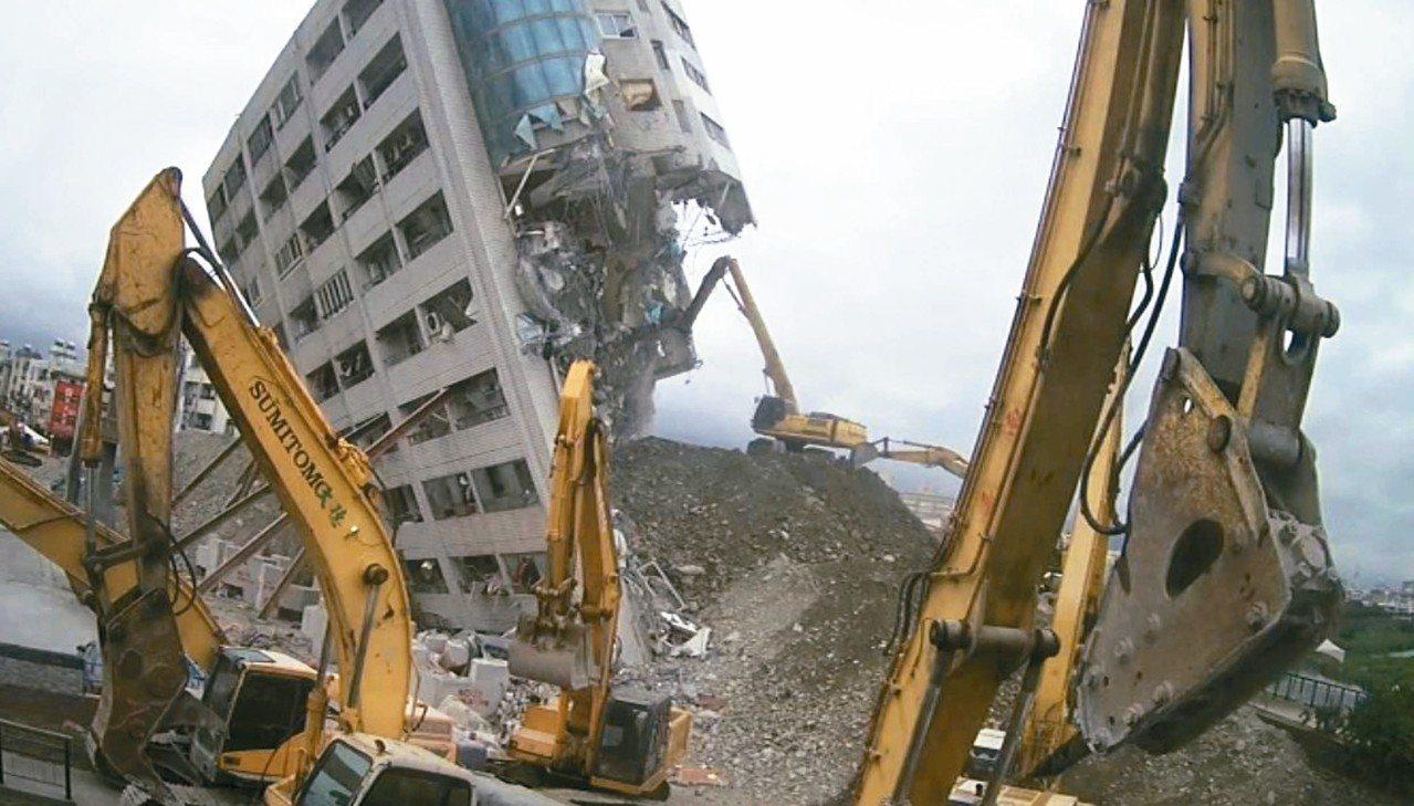 雲門翠堤大樓目前已拆到頂樓。 圖/花蓮縣政府提供