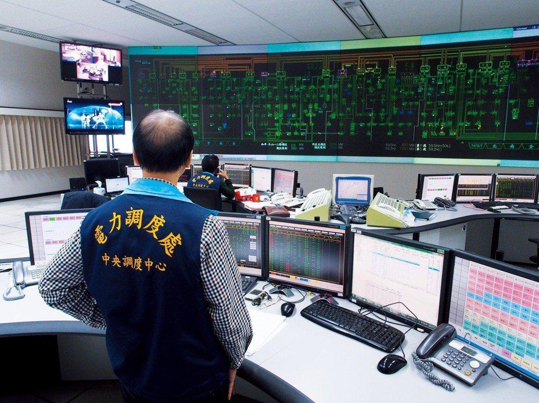 台電調度處是公認的核心單位,調度員更是「一秒鐘都不能離開座位」。 圖/聯合報系資...