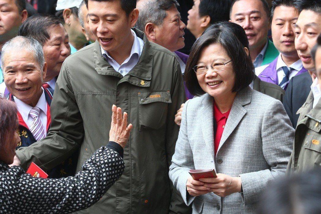 蔡英文總統(右)發放紅包像是機械手臂。聯合報系資料照/記者王騰毅攝影