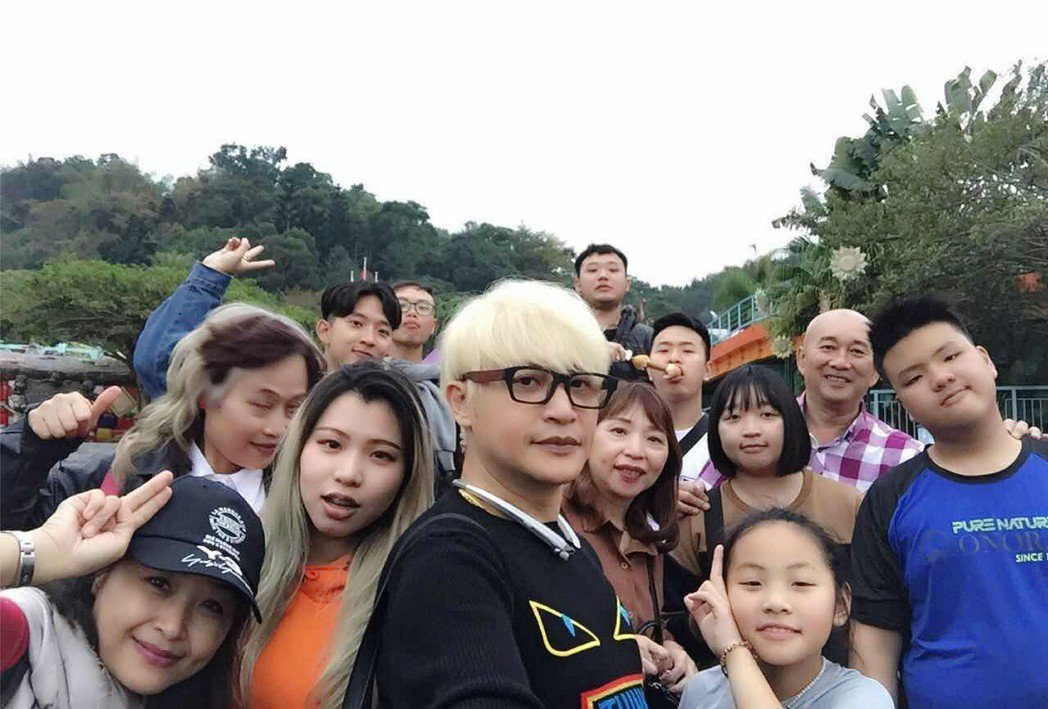 陳志朋(中)在台灣過年  圖/誠利千代提供