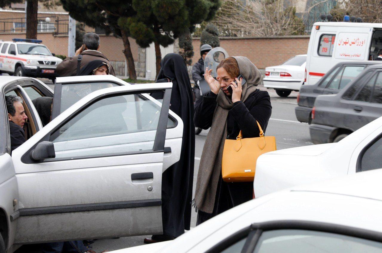 伊朗客機發生空難,家屬聞訊後傷心欲絕。歐新社