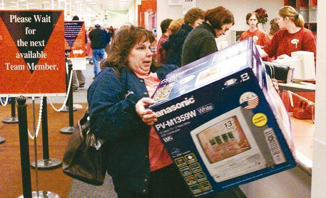 美國零售業去年年終購物季業績強勁成長,業者無不眉開眼笑,但接下來就要處理多達900億美元的退貨商品。圖為消費者到目標百貨退貨的檔案照。 美聯社
