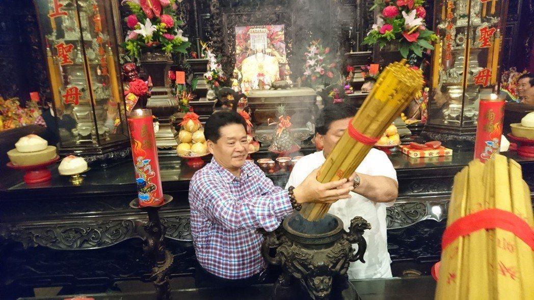 鎮瀾宮董事長顏清標(右)虔誠請示媽祖,終於抽出狗年國運籤。記者黑中亮/攝影