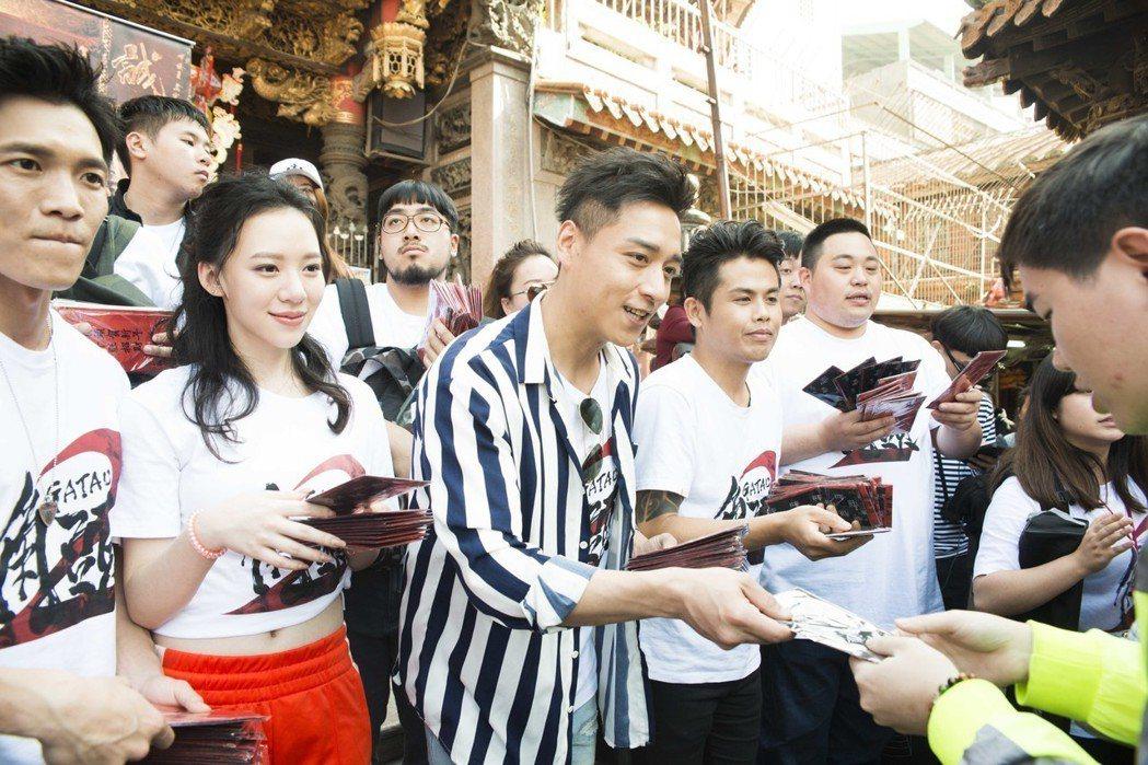 「角頭2」演員群前往台中大甲鎮瀾宮走春謝票。圖/理大國際提供
