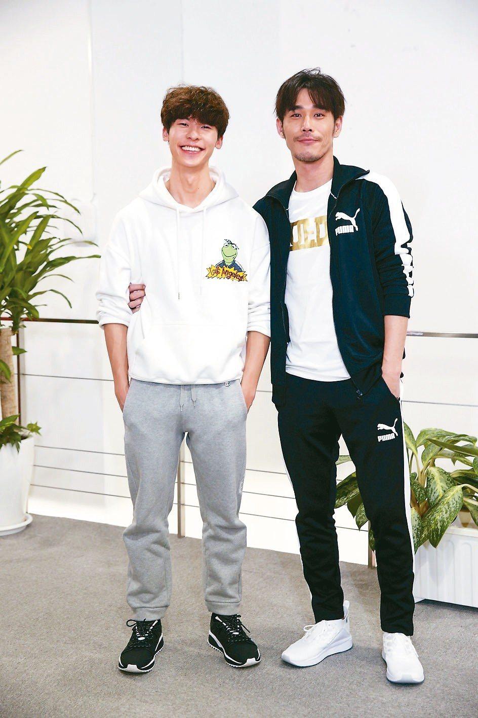 黃騰浩(右)、許光漢雙帥示範居家健身。 記者邱德祥/攝影