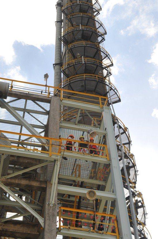 中油過去招考技術員有體能測驗,藉此測驗體力、反應與有無懼高症。 圖/中油提供