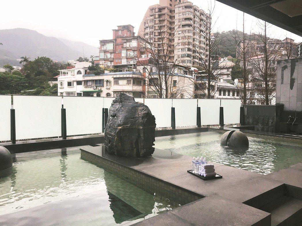 近年豪宅引進飯店式服務,建商配合養身療癒概念,把溫泉池帶進社區。 記者游智文/攝...