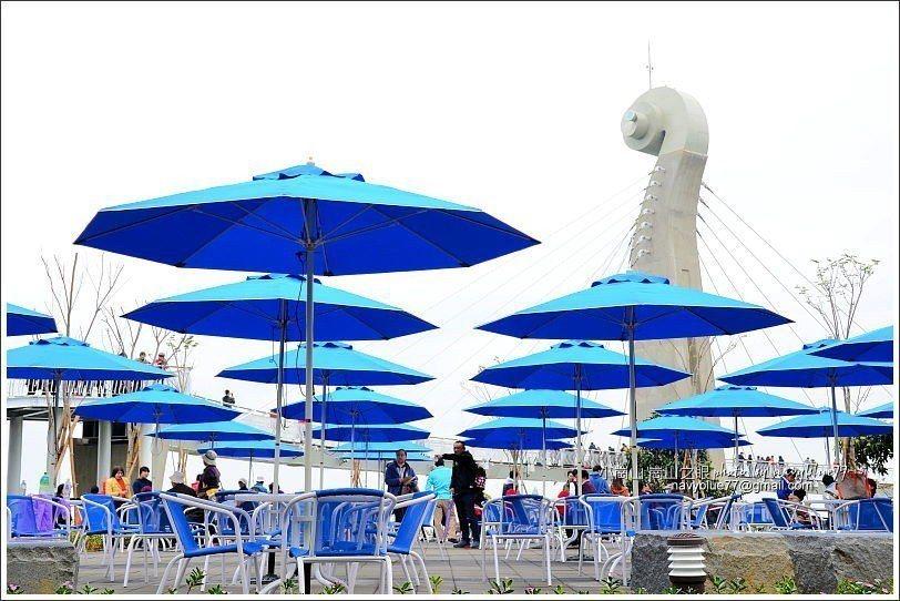 ↑雖然布魯造訪當天天氣不好,但入口廣場區的數十支藍傘仍然撐起美麗的天空。
