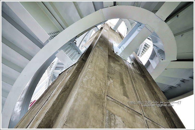 ↑迴旋梯。梯的踏面有鋼琴琴鍵裝飾,呼應音樂建築主題。