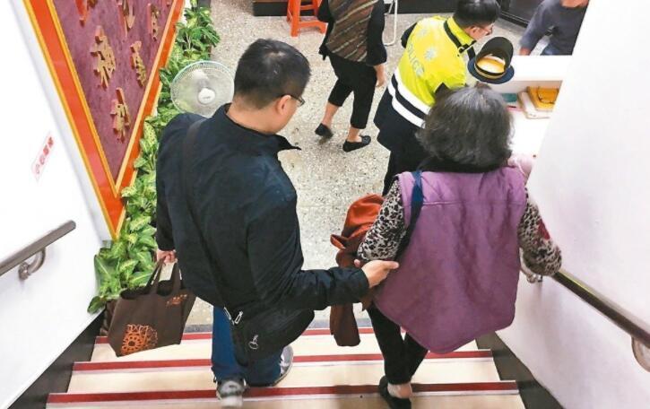 老婦人找到失散33年的兒子,在警局內感激不已。 圖/王閔南提供