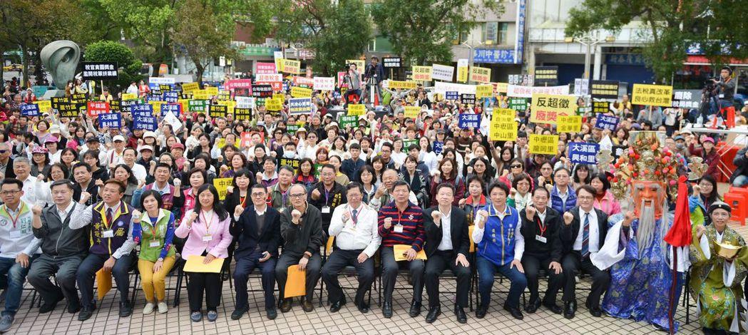 要在幾百人活動認人非常不容易,桃園市長鄭文燦(前排中白衣者)被公認為認人功力一流...