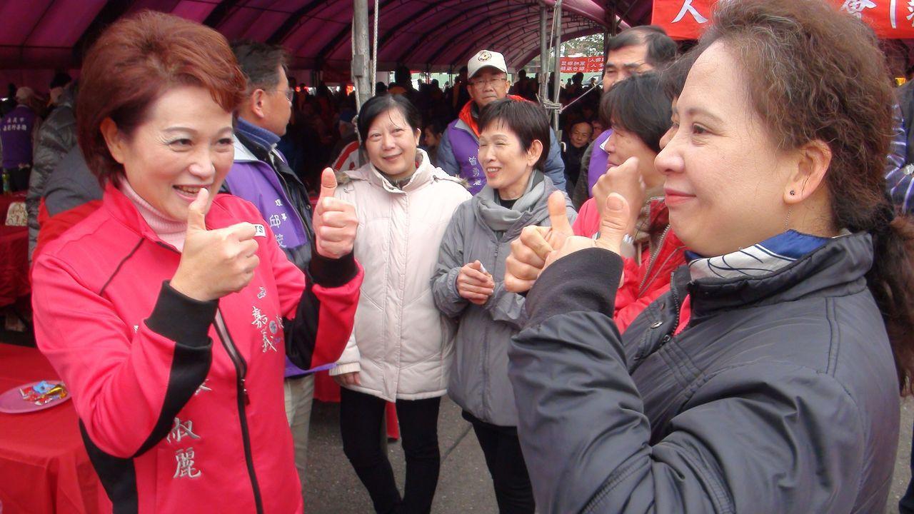 認人的能力對需要面對群眾的政治人物來說尤其重要,嘉義市議長蕭淑麗(左)以手語和群...