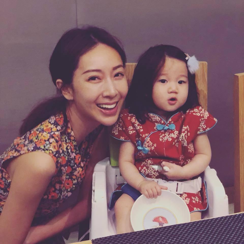隋棠和Lucy穿小碎花母女裝。圖/摘自臉書