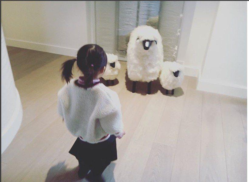 周董曬出女兒的照片。圖/擷自IG