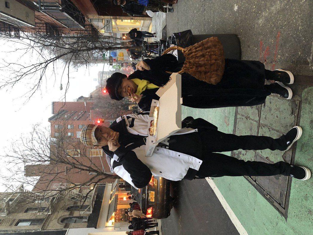 周湯豪和媽媽比莉過年到紐約玩,在大街上吃披薩、摸金牛蛋蛋玩得相當開心。圖/天熹娛...