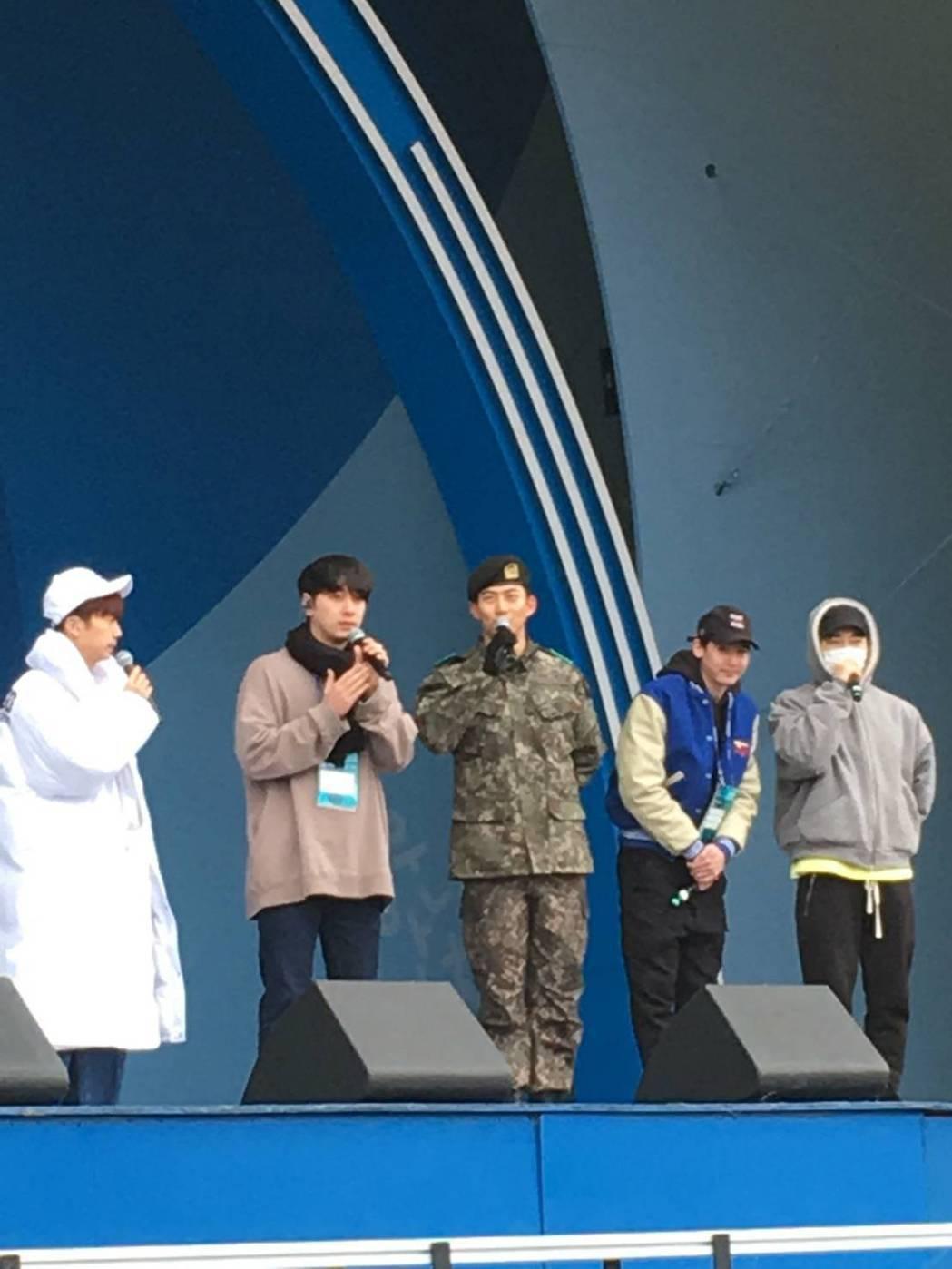 玉澤演穿著完整軍服彩排。圖/摘自推特