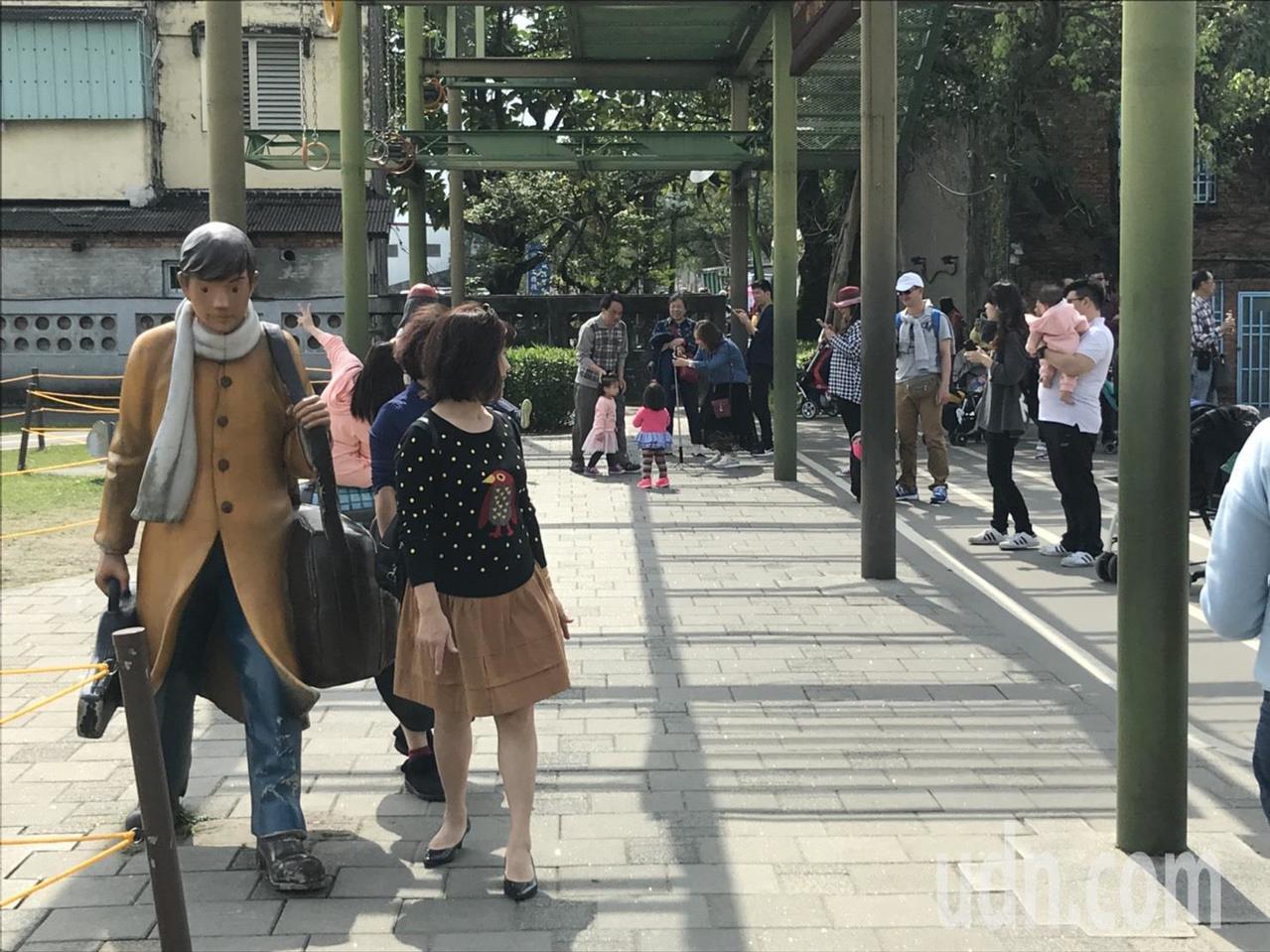 宜蘭市幾米廣場4天湧入5萬人,整個廣場可謂摩肩接踵,民眾只能把握空檔拍照。記者張...