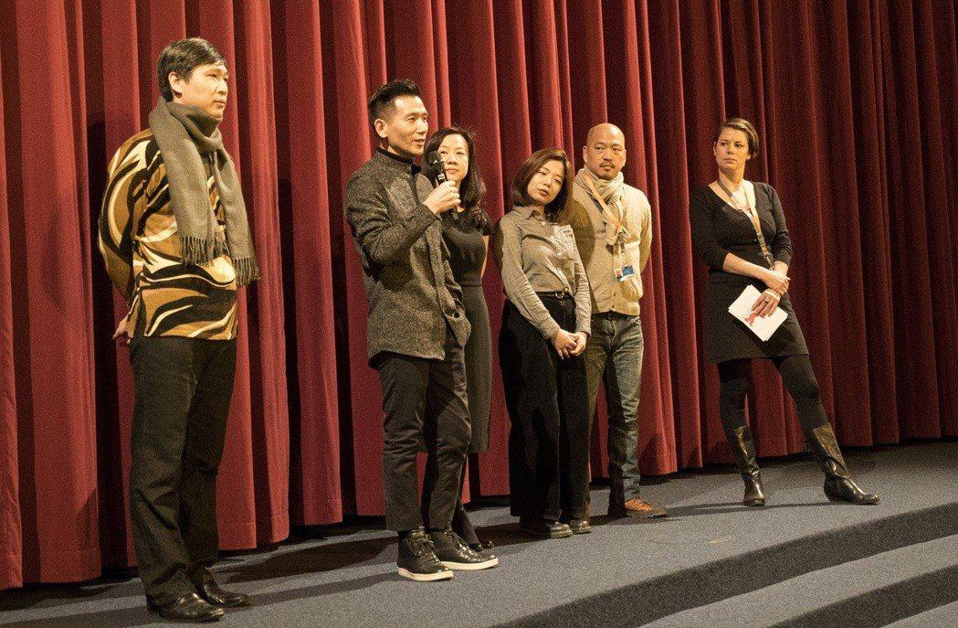 趙德胤(左二)紀錄新片「十四顆蘋果」在柏林影展評價不俗。圖/岸上影像提供