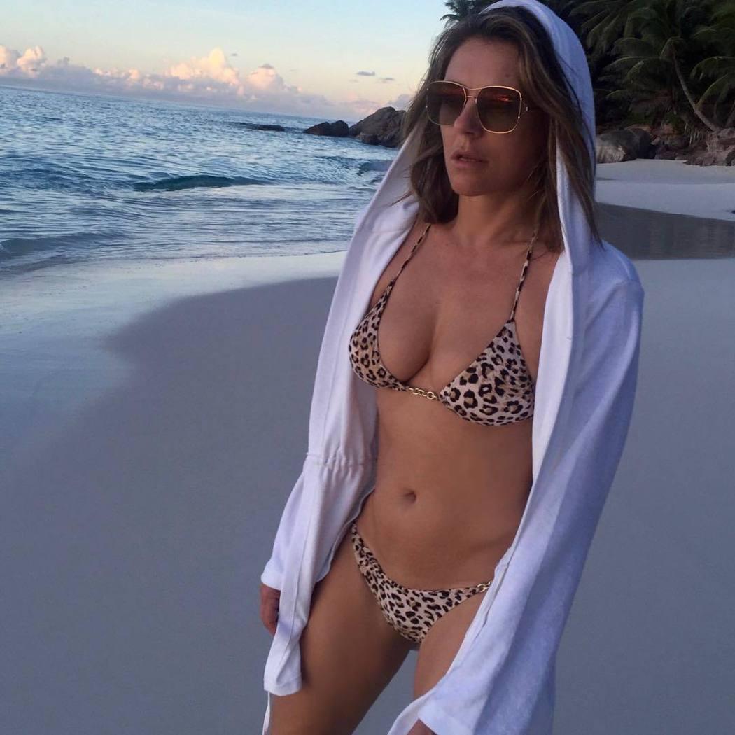 伊莉莎白赫莉保養得宜,三不五時就發布一堆性感照。圖/摘自instagram
