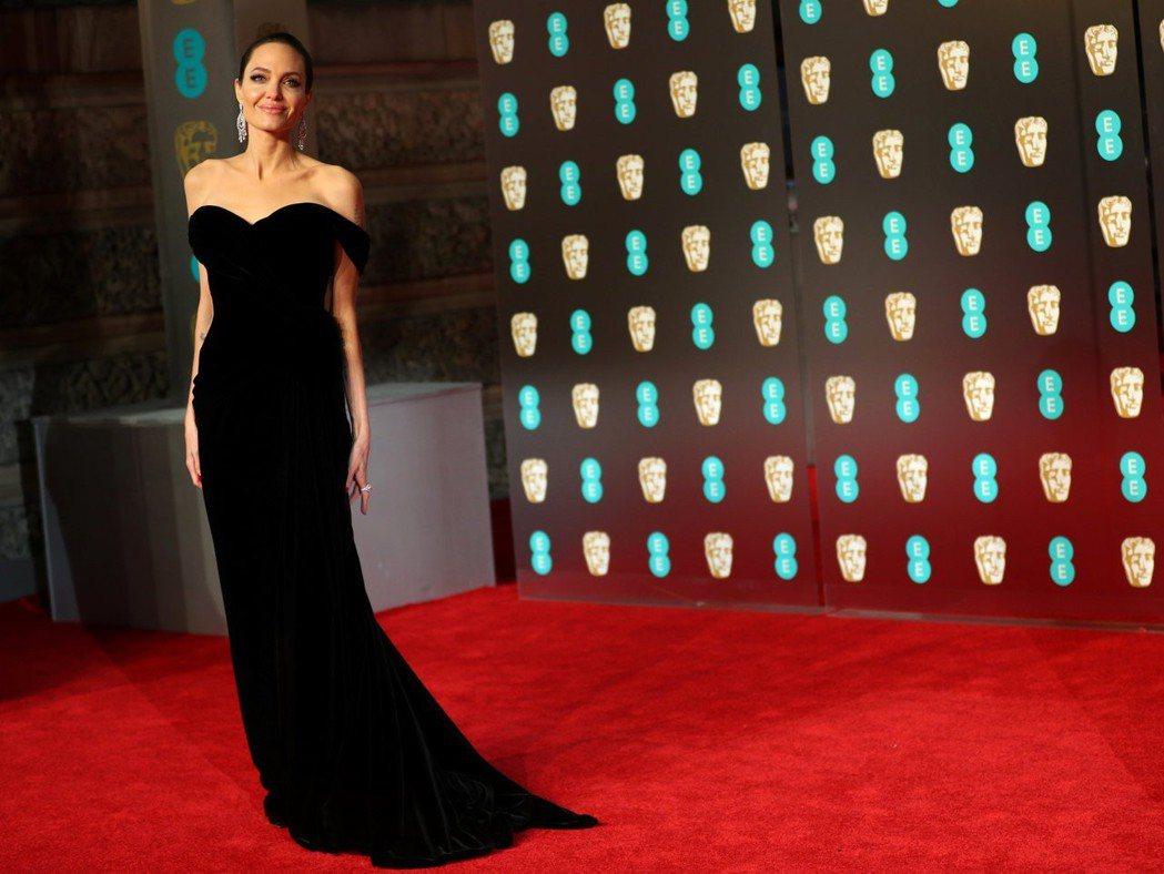 安潔莉娜裘莉以純粹黑的Ralph & Russo高級訂製服展現出眾品味。(路透社...