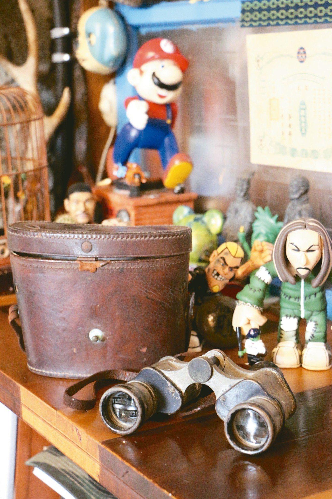 賀HeR巷內食間店主蒐集許多老物件、玩具。 記者沈佩臻/攝影