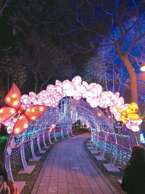桃園燈節花燈走廊表現台灣曾是「蝴蝶王國」的主題,入夜後更美。 記者鄭國樑/攝影