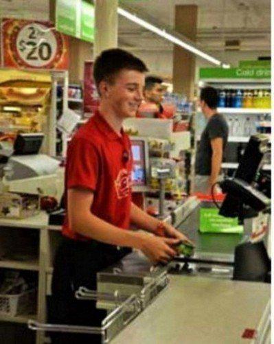 澳洲中學生在連鎖超市打工。 圖╱遠流提供