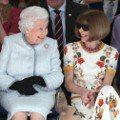 英國女王的第一場時裝秀!與安娜溫圖世紀同框