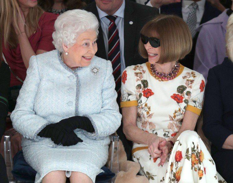 英國女王伊莉莎白二世與時尚女王安娜溫圖同框看秀。圖/擷取自IG