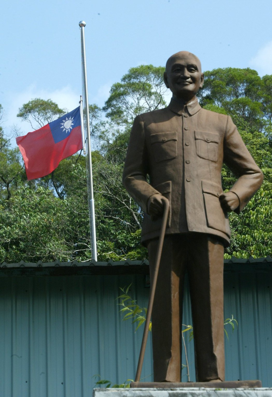 蔣宋美齡辭世,部分機構下半旗悼念,一旁剛好有蔣公銅像。 圖/聯合報系資料照片
