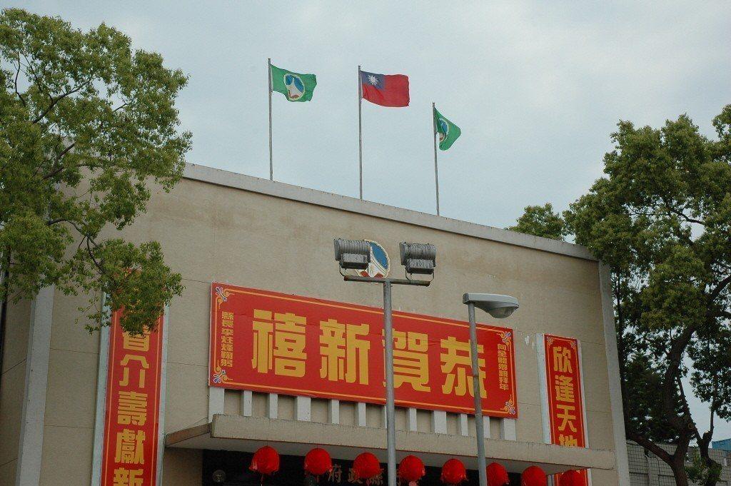 228事件60周年,行政院通令全國下半旗一天哀悼,外島的金門縣政府仍是大紅國旗高...